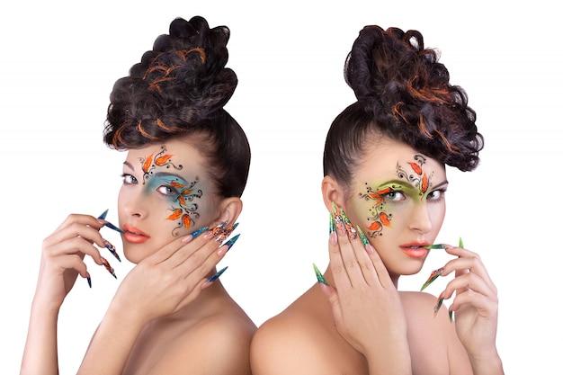 Duas belas moças sexy slim com maquiagem brilhante Foto Premium