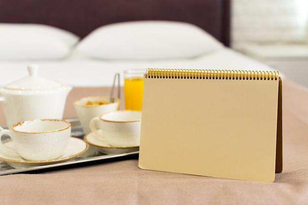 Duas canecas brancas em uma bandeja branca cama, conceito de pequeno-almoço Foto Premium