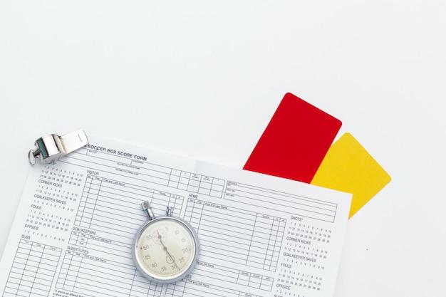Duas cartas de penalidade e um apito para o árbitro Foto Premium