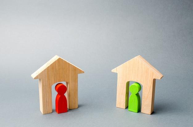 Duas casas de madeira com os vizinhos dentro. Foto Premium