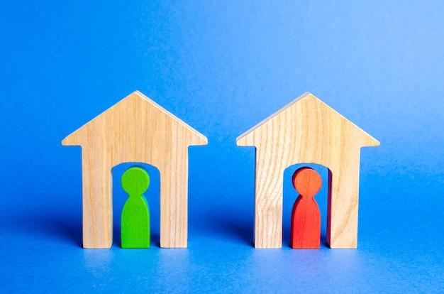 Duas casas de madeira com vizinhos dentro. Foto Premium