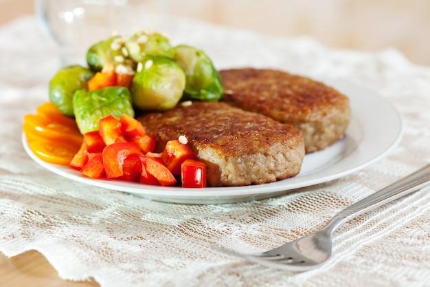 Duas costeletas fritas com brócolis Foto gratuita