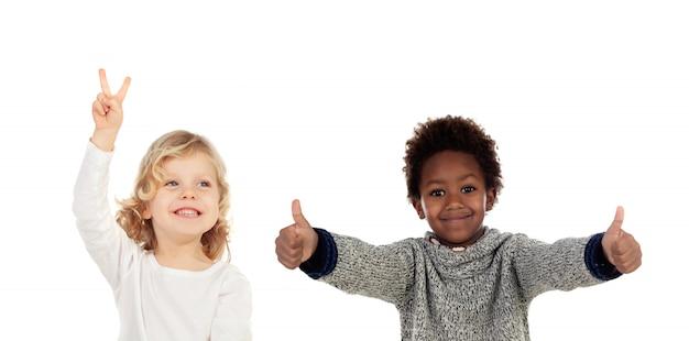 Duas crianças engraçadas dizendo ok Foto Premium