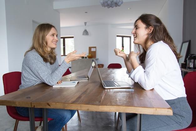 Duas empresárias de inicialização discutindo o projeto Foto gratuita