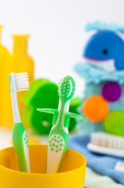 Duas escovas de dentes primeiro bebê no banheiro Foto Premium