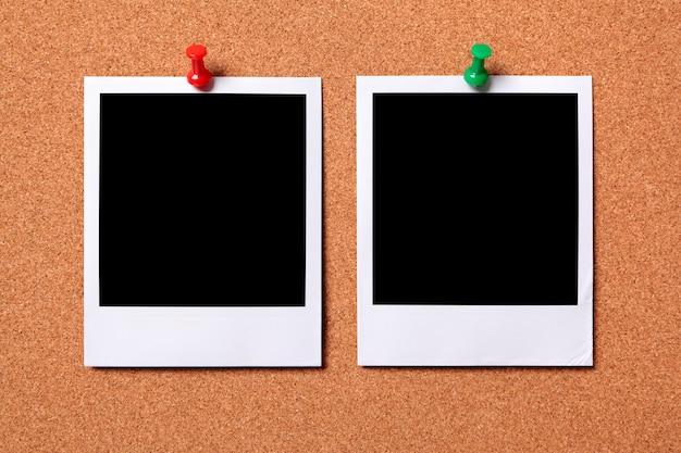 Duas fotos polaroid impressões em uma placa de observação da cortiça Foto gratuita
