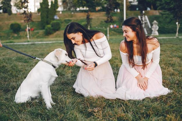 Duas garotas bonitas em um parque de verão Foto gratuita