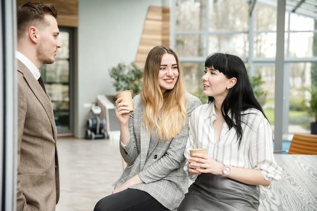 Duas garotas conversando com um cara Foto Premium