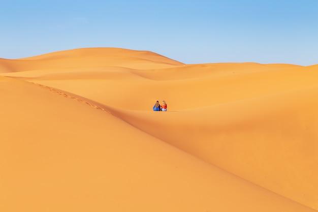 Duas garotas de lenços na cabeça no deserto do saara. Foto Premium