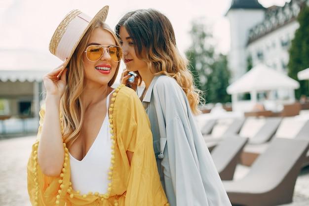 Duas garotas elegantes em um resort Foto gratuita