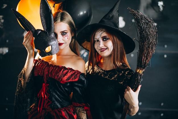 Duas garotas em trajes de halloween Foto gratuita