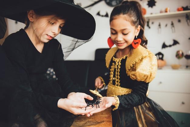 Duas garotas em trajes Foto Premium