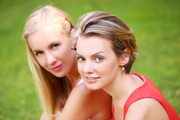 Duas garotas estão se divertindo no parque Foto gratuita