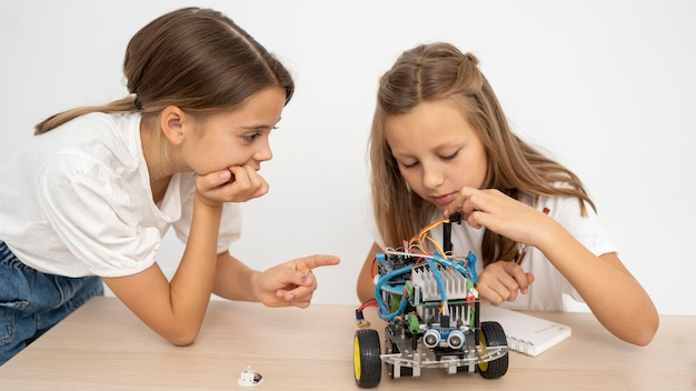 Duas garotas fazendo experimentos científicos juntas Foto gratuita