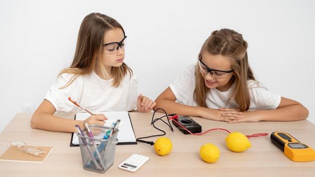 Duas garotas fazendo experimentos científicos Foto gratuita