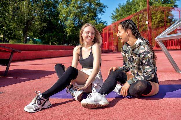 Duas garotas fitness fazendo esporte na área urbana Foto Premium