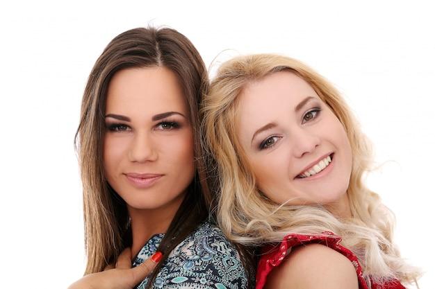Duas garotas posando juntos Foto gratuita