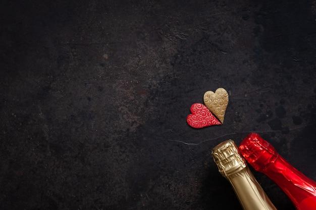 Duas garrafas de champanhe dois corações Foto Premium