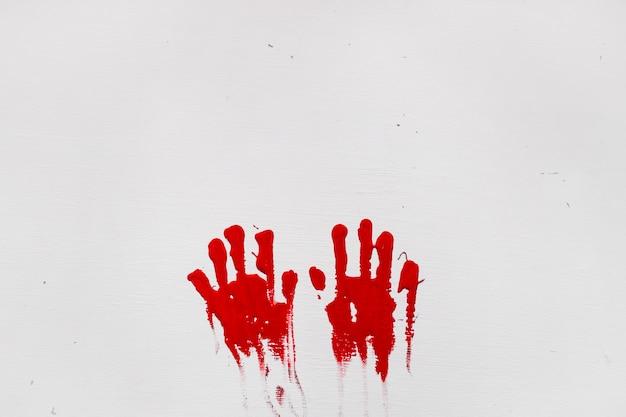 Duas impressões de mãos vermelhas Foto gratuita