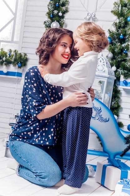 Duas irmãs em sorrisos de decorações de natal Foto Premium