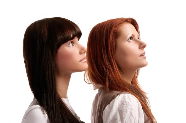 Duas irmãs jovens e bonitas Foto gratuita