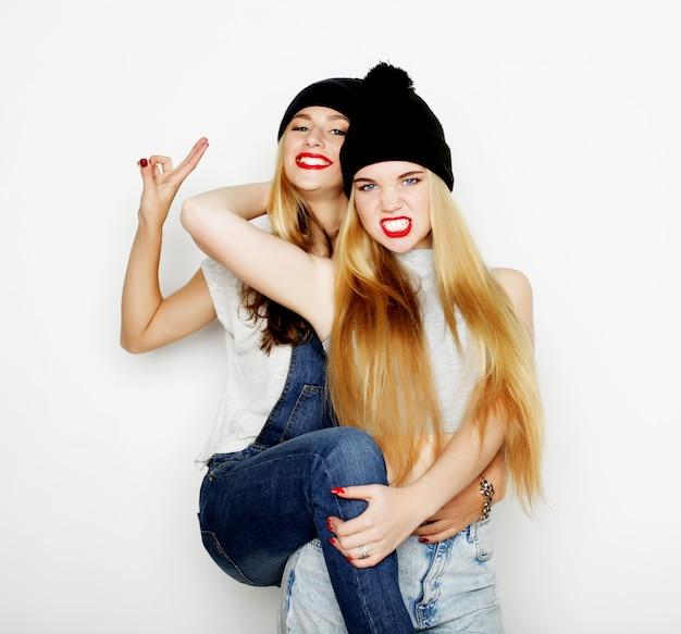Duas jovens amigas juntos e se divertindo. Foto Premium