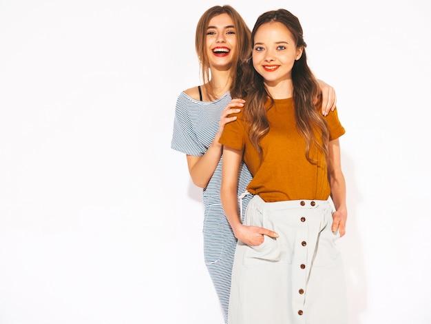 Duas jovens sorridentes meninas bonitas em roupas casuais de verão. mulheres sexy e despreocupadas. modelos positivos Foto gratuita