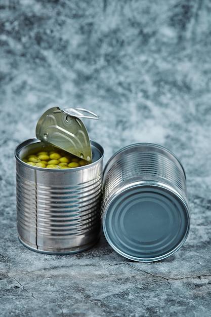 Duas latas de ervilhas cozidas. Foto gratuita