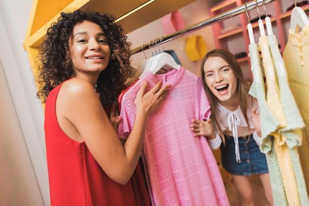 Duas lindas garotas se divertem no provador. Foto Premium