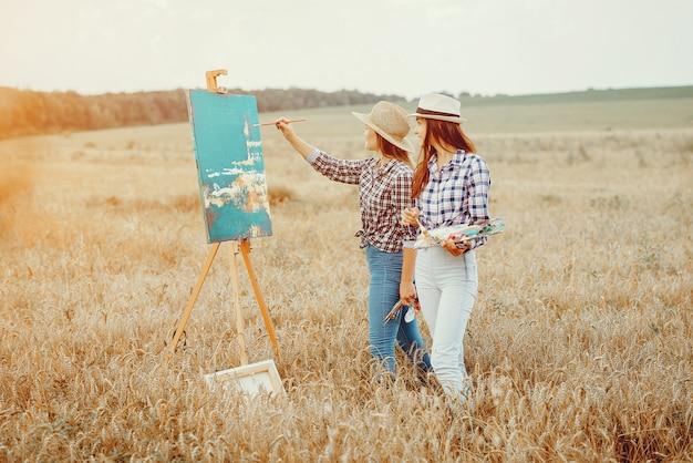 Duas lindas meninas desenho em um campo Foto gratuita