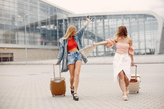 Duas lindas meninas em pé no aeroporto Foto gratuita