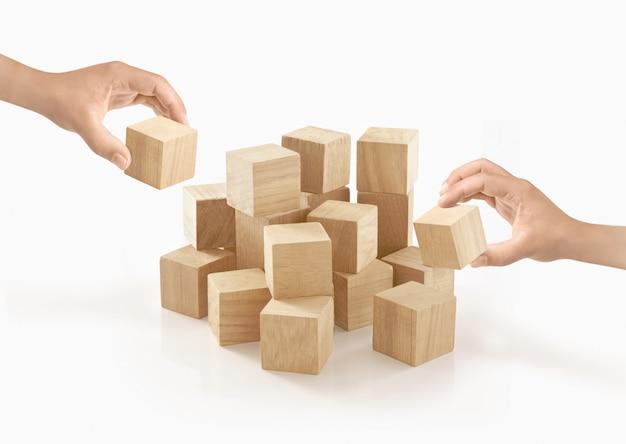 Duas mãos jogando caixa de madeira no isolado. Foto Premium
