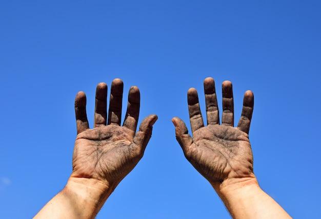 Duas mãos masculinas levantadas Foto Premium