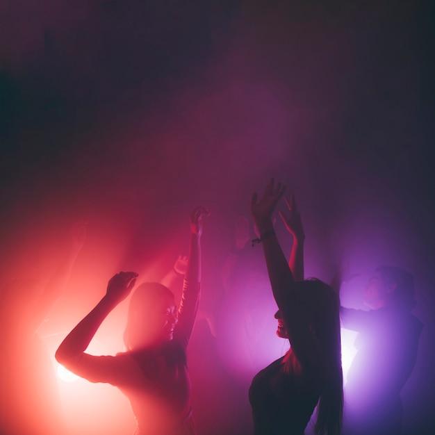 Duas meninas dançando na discoteca Foto gratuita