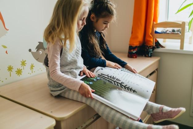 Duas meninas e livro Foto Premium