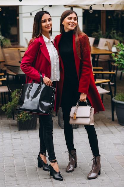 Duas meninas em modelos de casacos vermelhos Foto gratuita
