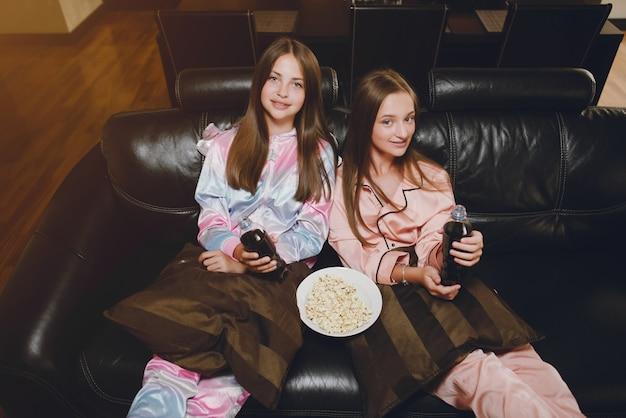 Duas meninas em um bonito pijama Foto gratuita