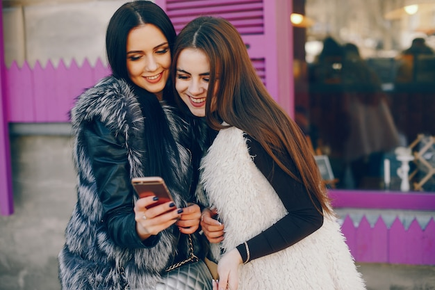 Duas meninas em uma cidade Foto gratuita