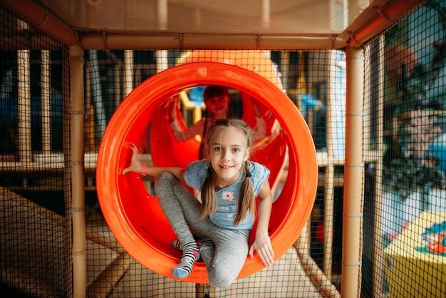 Duas meninas escalando o labirinto, centro de jogos infantis Foto Premium