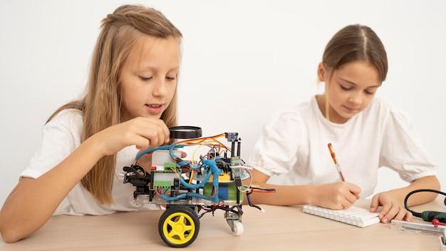 Duas meninas fazendo experiências científicas juntas Foto gratuita