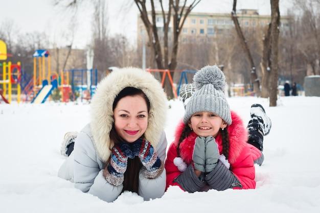 Duas meninas felizes, mãe e filha brincando em um playground no parque da cidade. Foto Premium