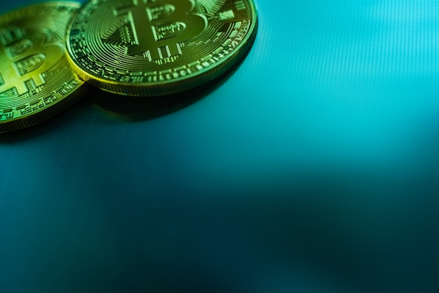Duas moedas de bitcoin isoladas no fundo azul tecnológico. Foto Premium