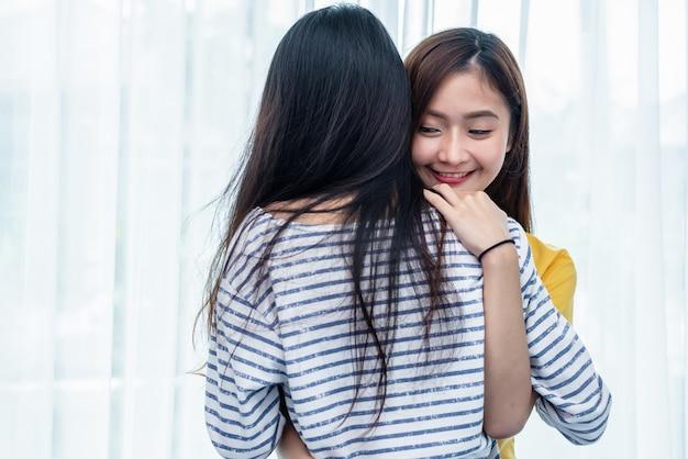 Duas mulheres asiáticas que abraçam junto no quarto. casal pessoas e conceito de beleza Foto Premium