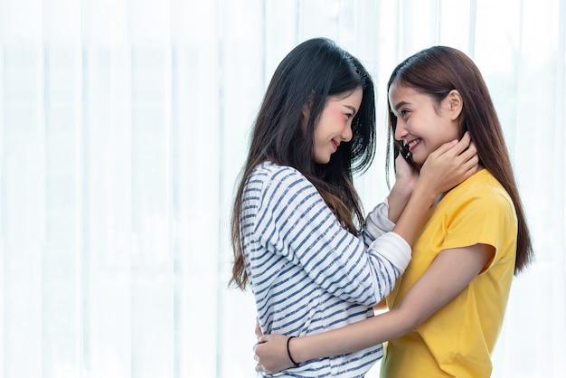 Duas mulheres asiáticas que olham se em casa. conceito de pessoas e estilos de vida. Foto Premium