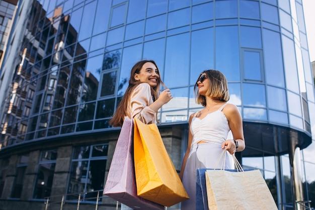 Duas mulheres bonitas, compras na cidade Foto gratuita