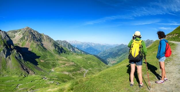 Duas mulheres caminhantes na trilha do pic du midi de bigorre nos pirenéus Foto Premium