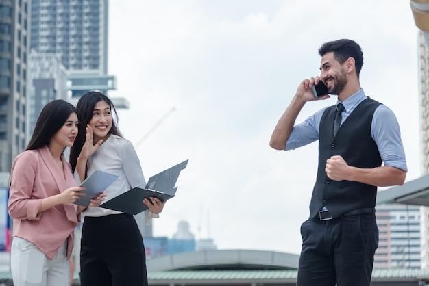 Duas mulheres de negócios para fofocar boss Foto Premium