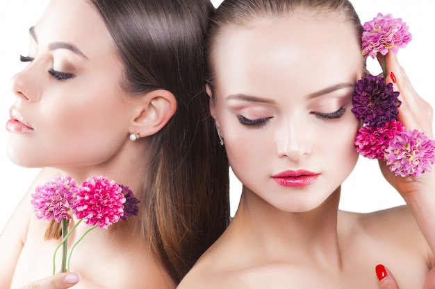 Duas mulheres jovens atraentes retrato da beleza de senhoras bonitas. cosméticos, cílios closeup. retrato da moda. Foto Premium