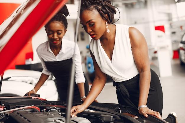 Duas mulheres negras elegantes em um salão de carro Foto gratuita