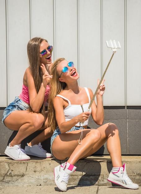 Duas namoradas atraentes estão fazendo foto de selfie. Foto Premium